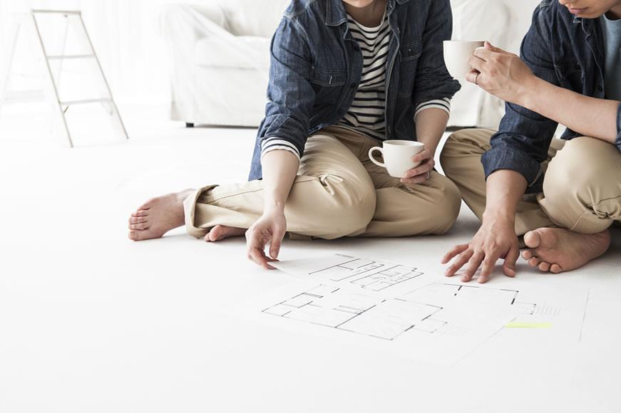 住宅購入 設計図を見る夫婦