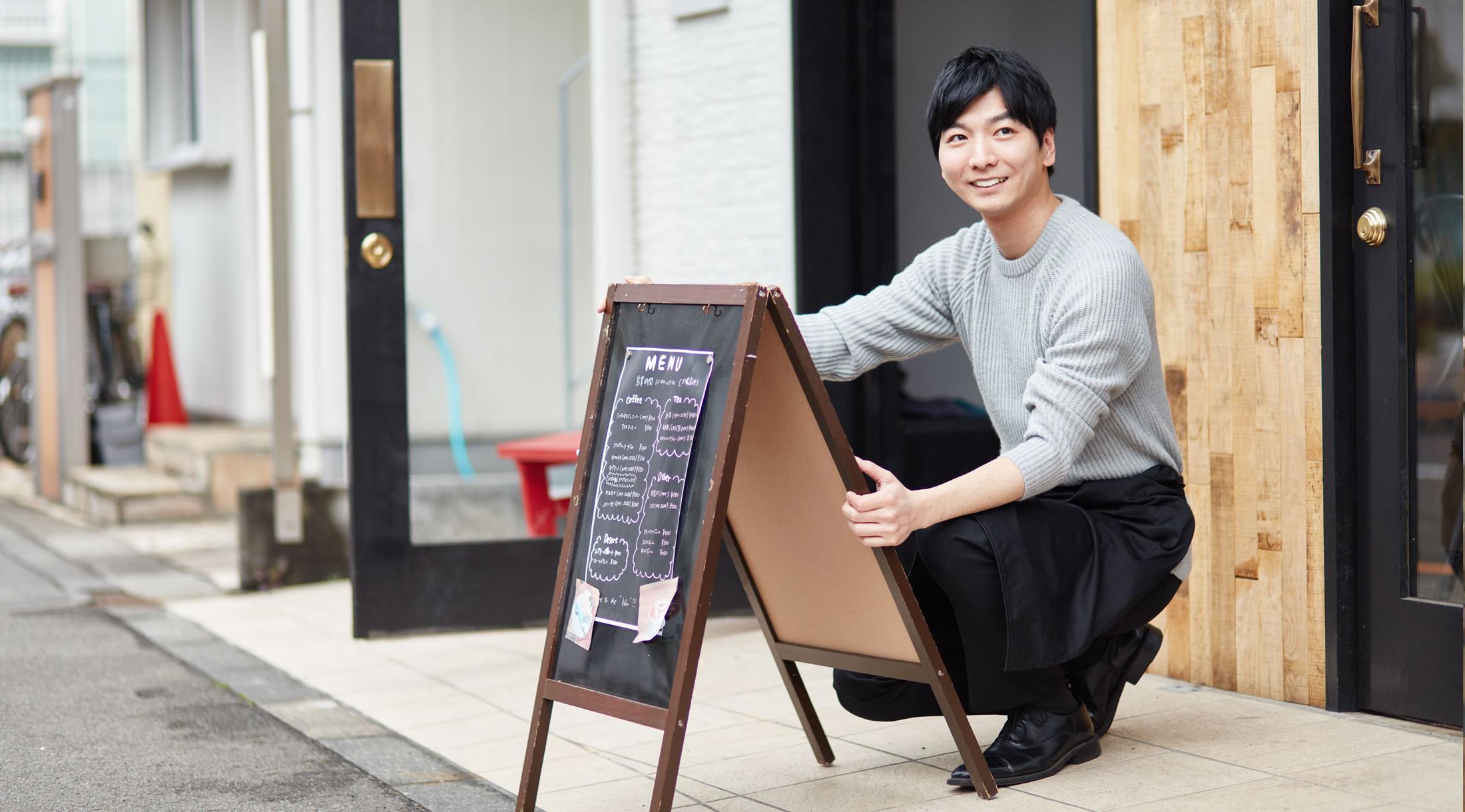 開店準備するカフェ男性店主